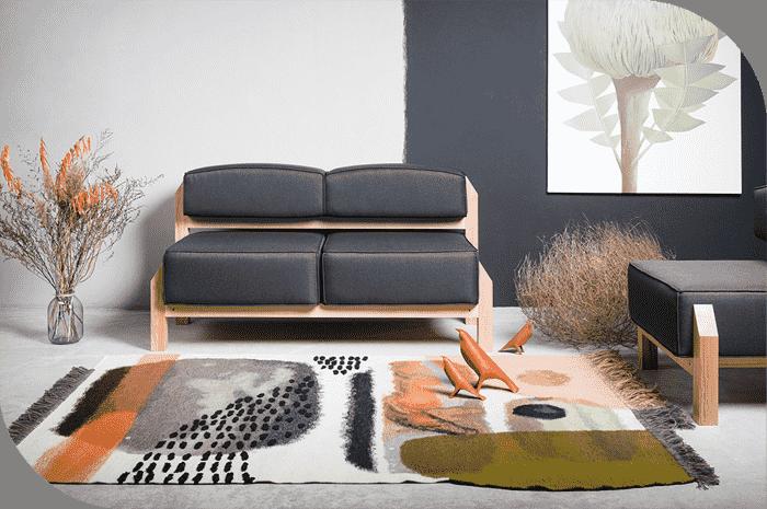 رنگ های خنثی مانند همیشه محبوب و گزینه خوبی برای انتخاب رنگ فرش منزل هستند. رنگ های خنثی بسیار متنوع هستند و از مد نمی افتند. روش های زیادی برای انتخاب فرش بژ / خاکستری شما وجود دارد. یک راه این است که اصلاً بژ انتخاب نکنید. برخی از افراد با آبی روشن یا زردهایی که مانند یک رنگ خنثی با کمی رنگ بیشتر عمل می کنند ، الگو های رایج را تغییر می دهند.. گزینه دیگر تهیه یک فرش خاکستری با رنگهای پررنگ است. اگر نمی خواهید مبلمان خود را تغییر دهید ، بلکه فقط می خواهید فضای اتاق را سبک کرده و طراحی جالبی به آن ببخشید.
