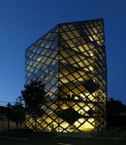 Prada shop - نورپردازی ویترین مغازه هایمد و پوشاک