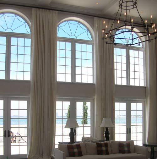 huge windows - چگونه فضاهای بدساخت را به دکوراسیون شیک تبدیل کنیم؟